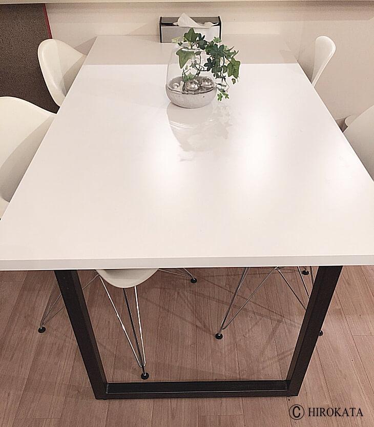 メラミン化粧板メーカーのアイカ工業製品を使用したダイニングテーブル