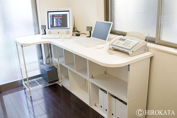 L字型パソコンデスク天板素材は白色メラミン化粧板、脚のカラーボックスは市販品を利用しています。