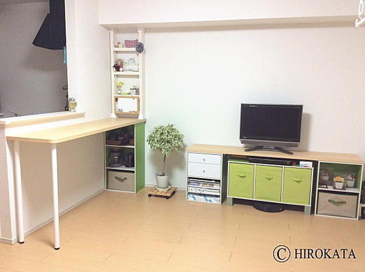 キッチン壁に収納付きカウンターテーブル、カラーボックスとポール脚を天板に取り付けています。