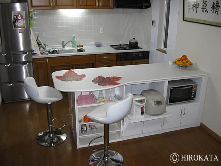 既存収納食器棚の上にカウンターテーブル天板を載せています。