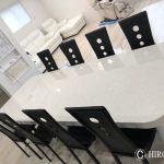 大理石柄鏡面メラミン化粧板仕上げのダイニングテーブル