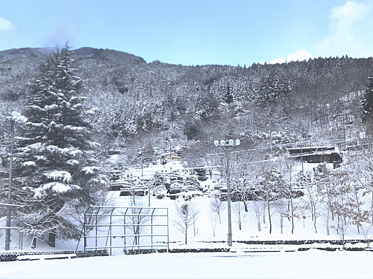 冬の柳谷小学校の校庭