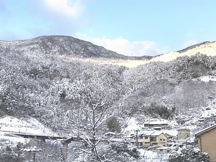 柳谷小学校のまわりの雪景色