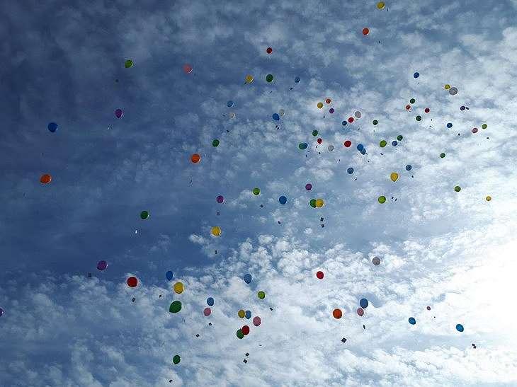 2017年、福岡県古賀市立小野小学校でふうとう付きのゴム風船を飛ばしました。