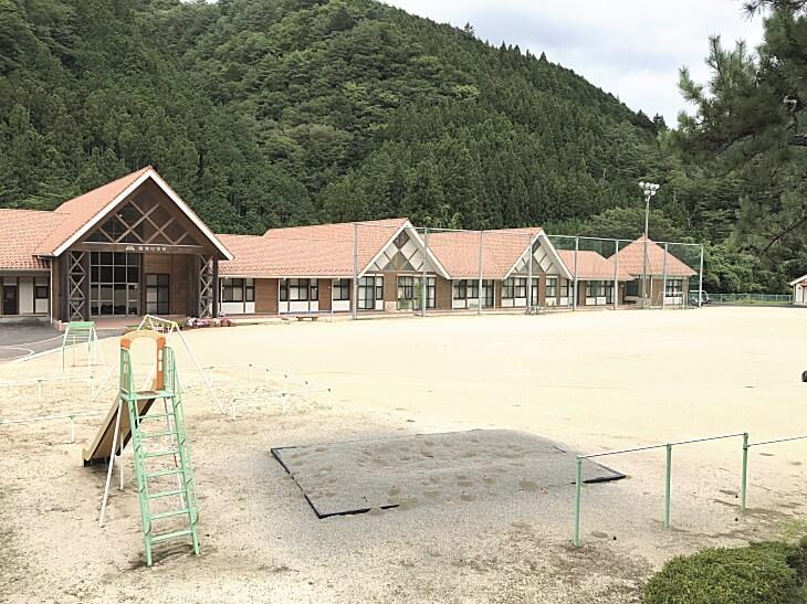 面河小学校の校庭で「風船ひまわり」が育っています。