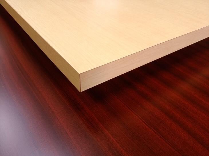 デスク天板に最適な素材は丈夫なメラミン化粧板がおすすめです。