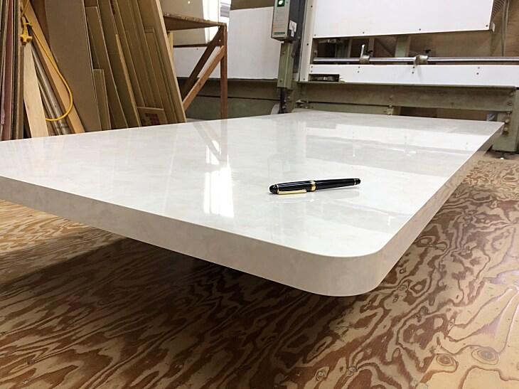 大理石柄のテーブル天板 大理石柄には鏡面と艶消しがあります。