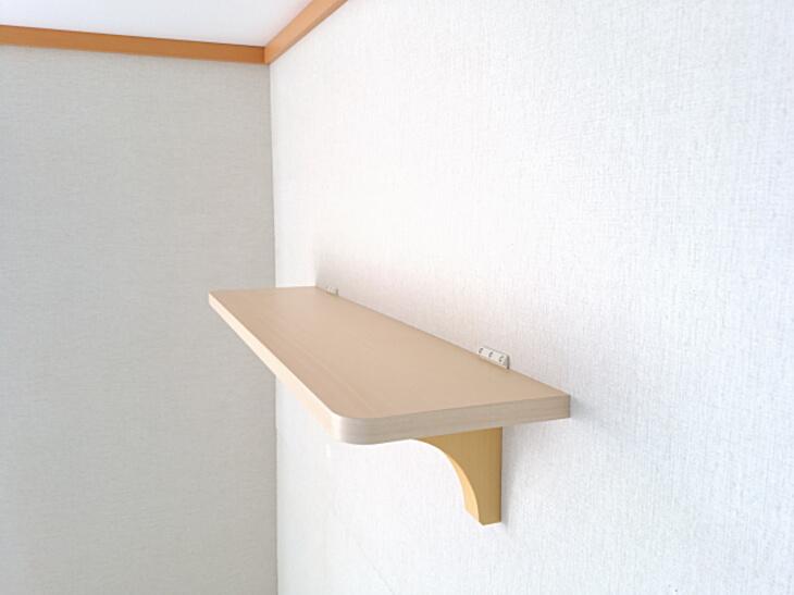 ピン止めだけで新築の壁に神棚を乗せる棚板を取り付ける事ができました。