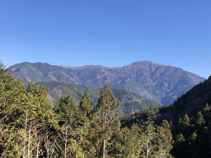 柳谷小学校から続く広域林道からはきれいな明神山が見えます。