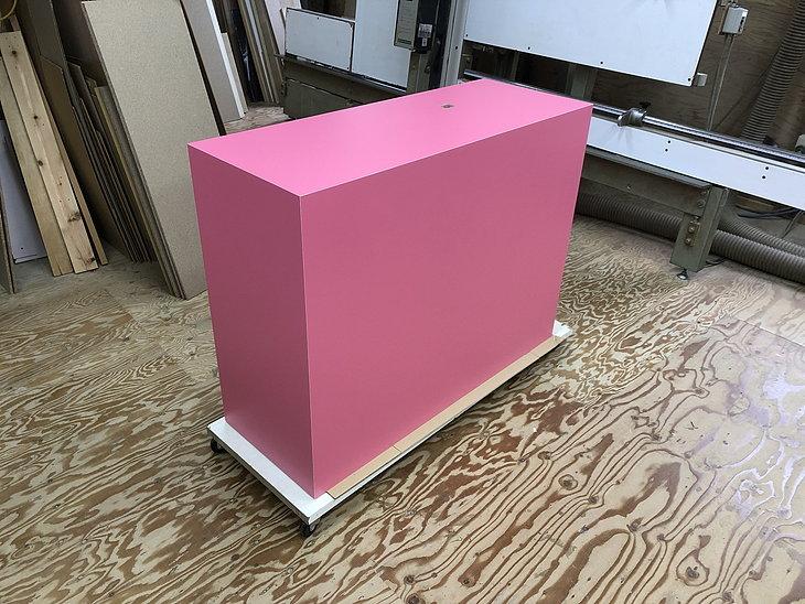 ピンクの展示台(内部構造は木製)