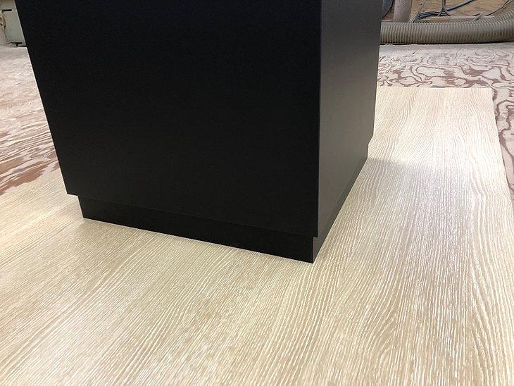 展示台の床に接する部分に家具調の段差幅木を取り付けた作り方です。