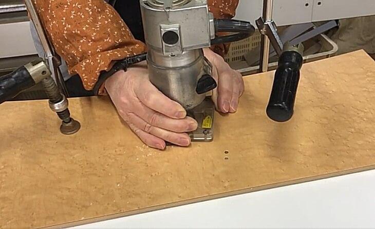 DIY 木工電動工具のトリマーで円形溝切り丸穴掘り加工する方法。
