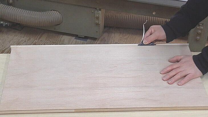 木口テープのはみ出た部分はテープカッターで取り除きます。