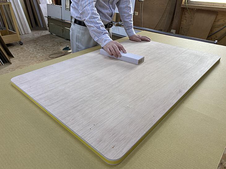 メラミン化粧板を貼る面をサンドペーパーで平らにします。