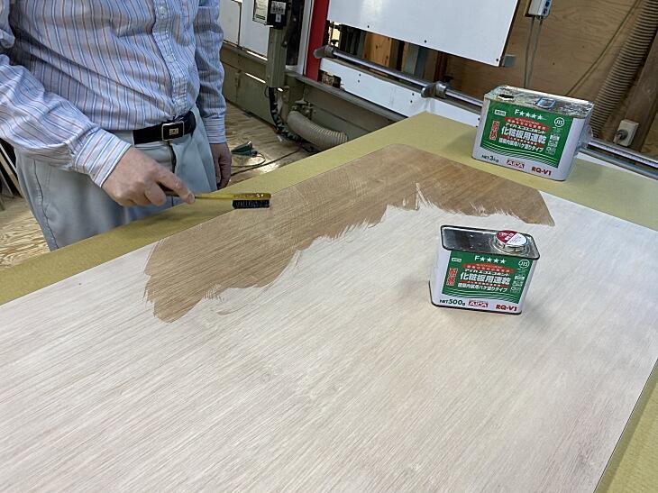 メラミン化粧板を貼る相手側の面にも同じ要領で速乾接着剤を塗ります。