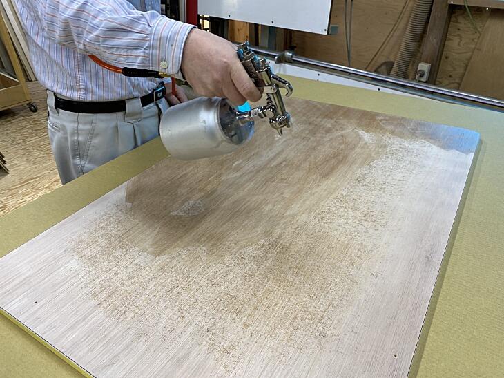 メラミン化粧板貼り付け用速乾接着剤スプレー吹付作業