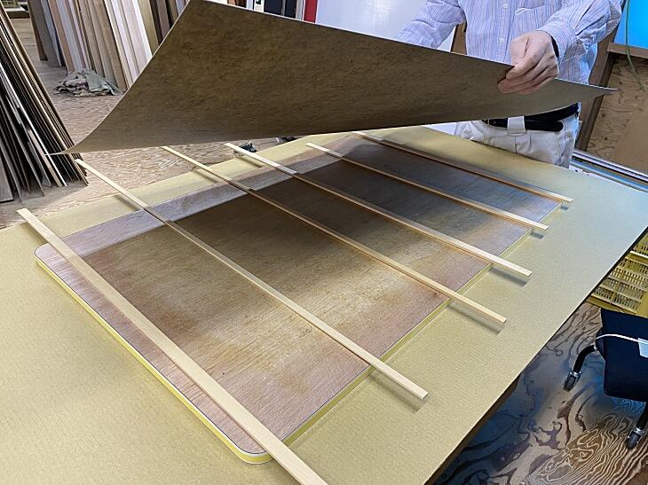 桟木の上に貼り合わせるメラミン化粧板をのせます。