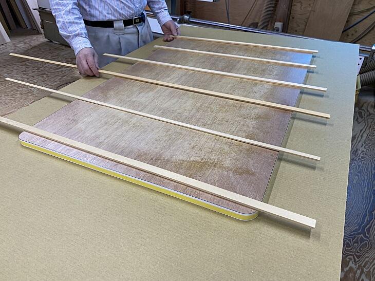 メラミン化粧板を貼り合わせる時に並べる桟木