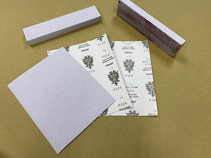 メラミン化粧板を貼る面を平らに仕上げるサンドペーパー