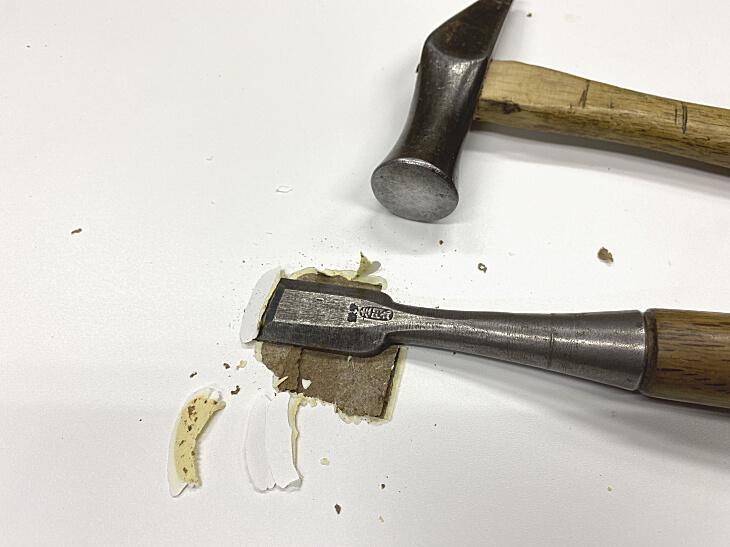 メラミン化粧板を貼りかえるため既存のメラミン化粧板を剥がす。