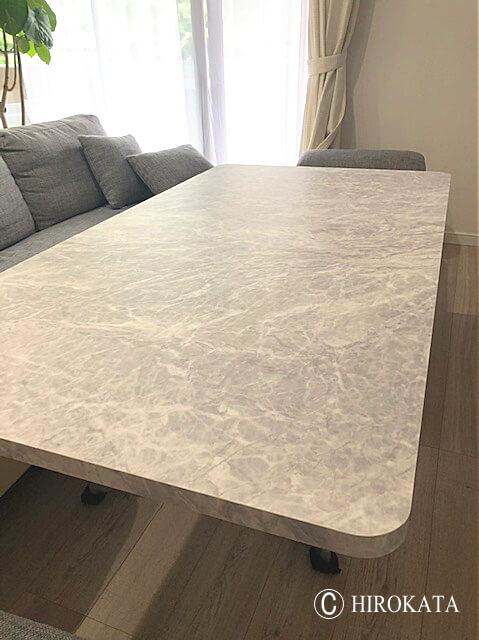 大理石柄のリビングテーブル