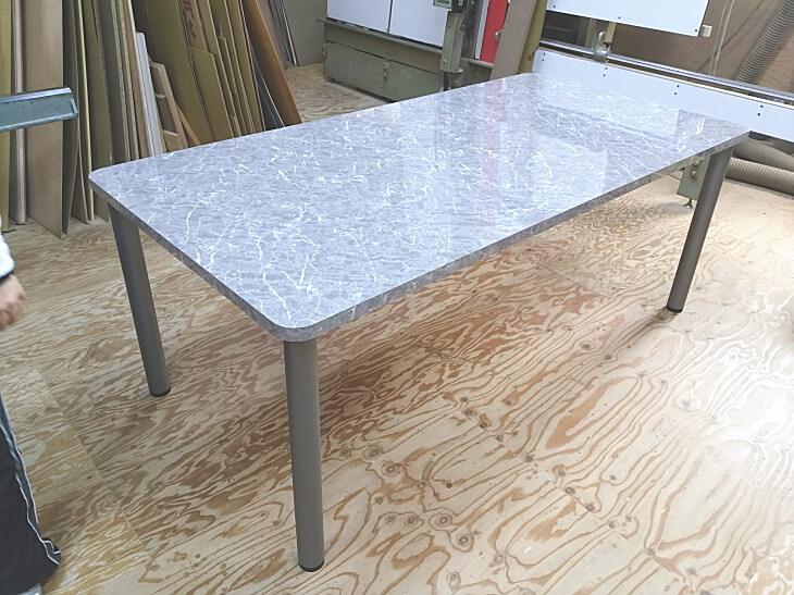 メラミン化粧板 鏡面大理石柄のダイニングテーブル