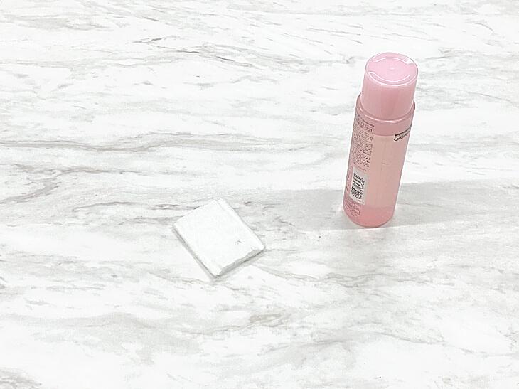 メラミン化粧板天板の油性ペン(マジック)の汚れは除光液等のシンナーを使用する事ができます。